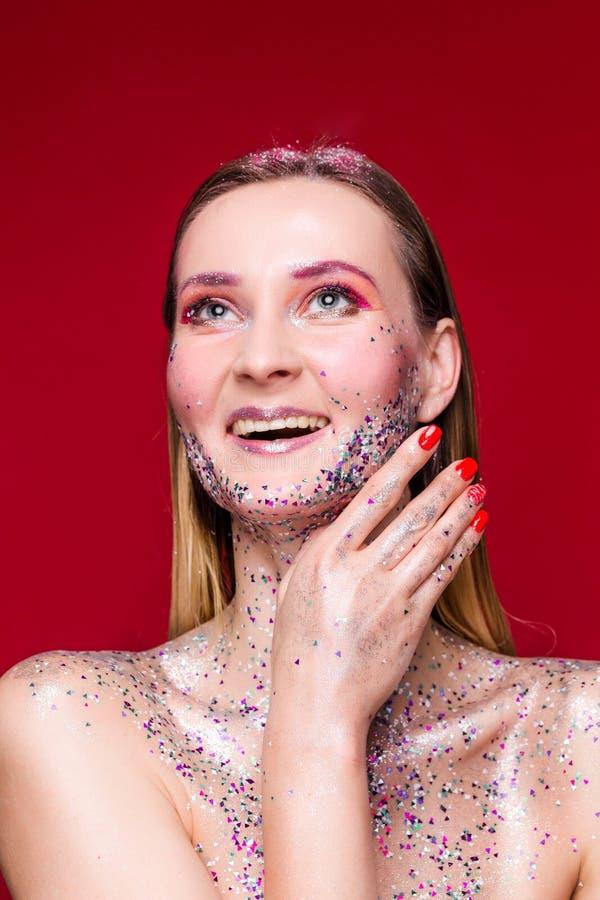 有时髦闪烁构成的愉快的时装模特儿妇女 图库摄影