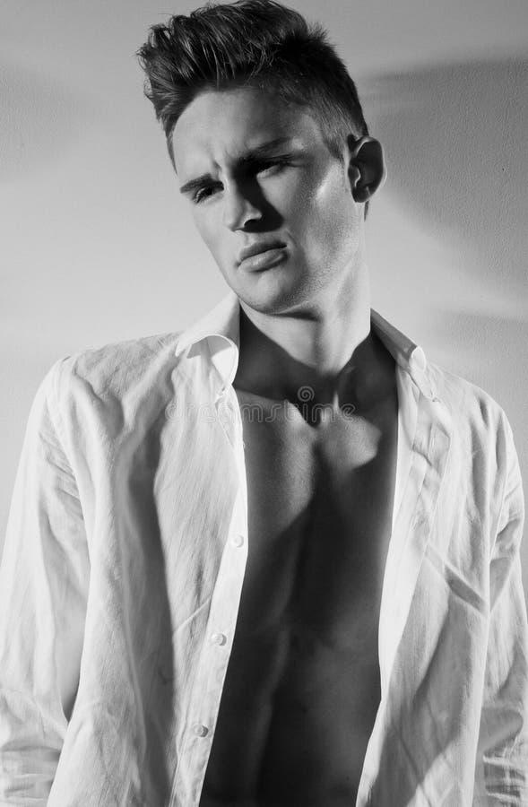 有时兴的发型的英俊的人。黑白照片 免版税图库摄影