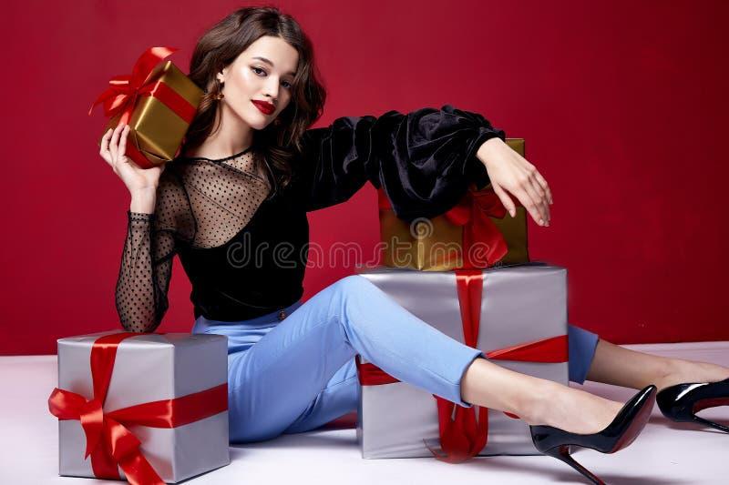 有明亮的平衡的构成的美丽的年轻俏丽的妇女嘘 免版税库存照片
