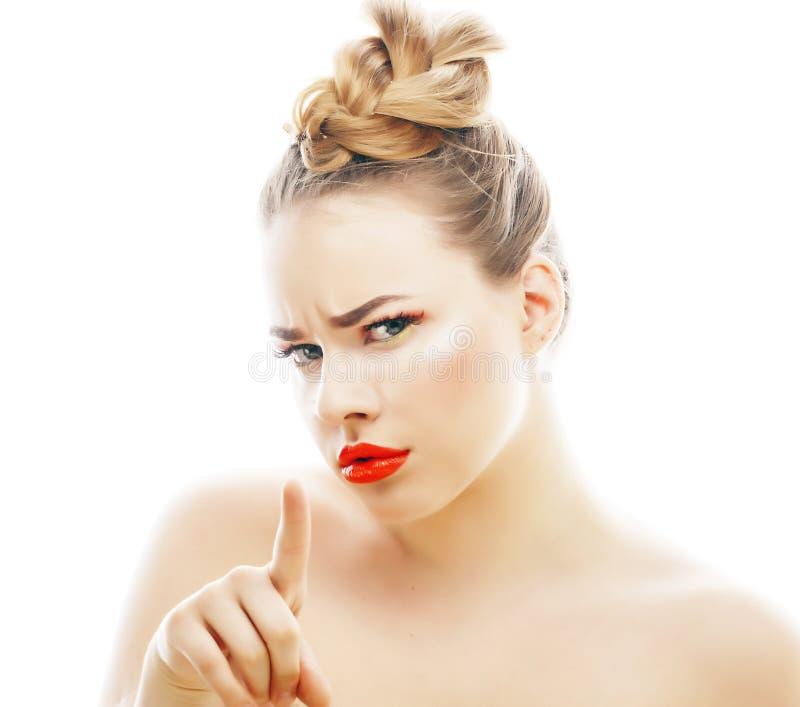 有明亮的年轻白肤金发的妇女在白色提出微笑的观点打手势情感被隔绝象玩偶鞭子,真正 免版税图库摄影