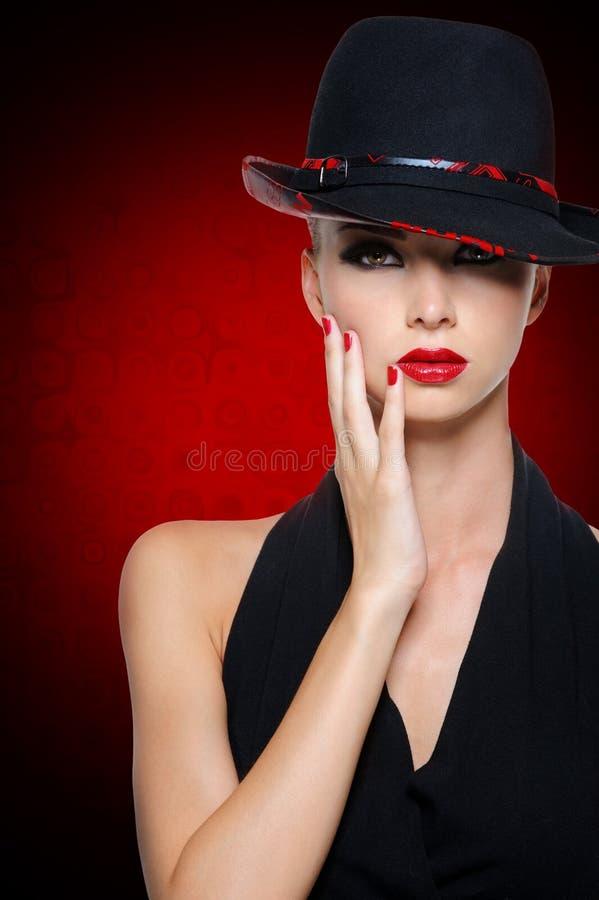 有明亮的性感的红色嘴唇的美丽的魅力妇女 库存图片