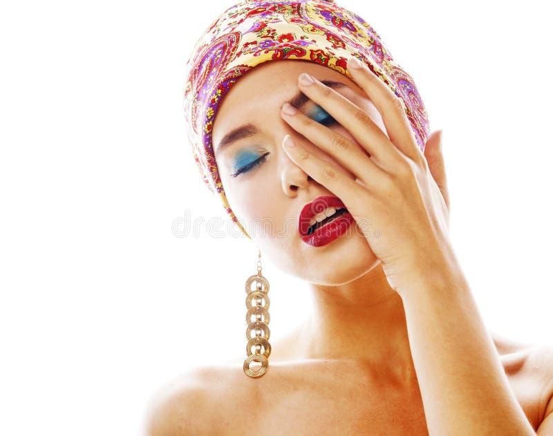 有明亮的披肩的年轻人相当现代女孩在顶头情感pos 免版税图库摄影