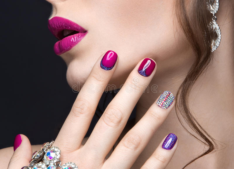 有明亮的晚上构成的美丽的女孩和与假钻石的桃红色修指甲 钉子设计 秀丽表面 库存照片