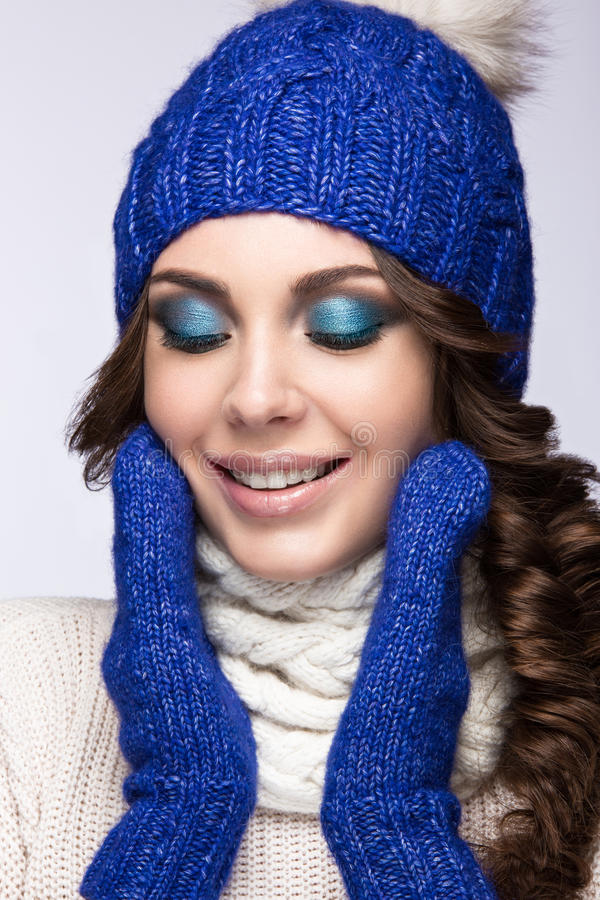 有明亮的构成、卷毛和微笑的美丽的女孩 免版税库存图片