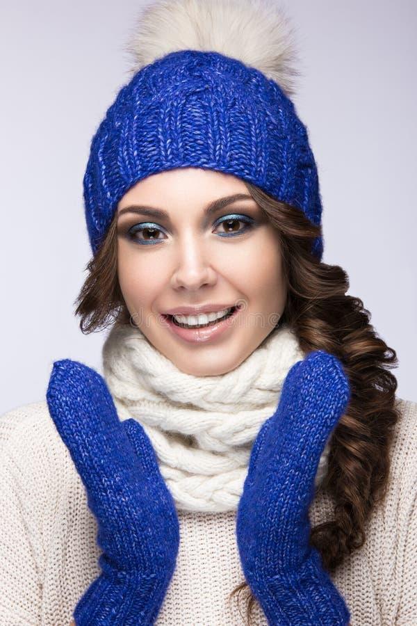 有明亮的构成、卷毛和微笑的美丽的女孩 免版税图库摄影