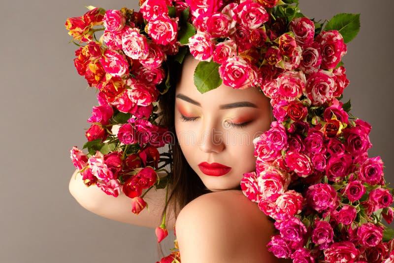 有明亮的构成的美丽的韩国在头的女孩和玫瑰 库存图片