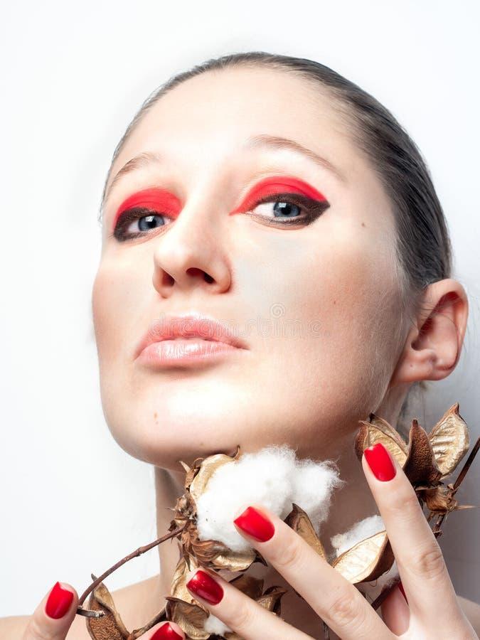 有明亮的桃红色拿着自然棉花花棉花的构成和红色嘴唇的女孩 免版税库存照片