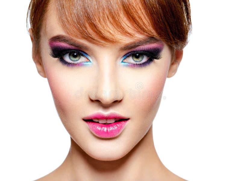 有明亮的生动的紫色构成的美女 库存图片
