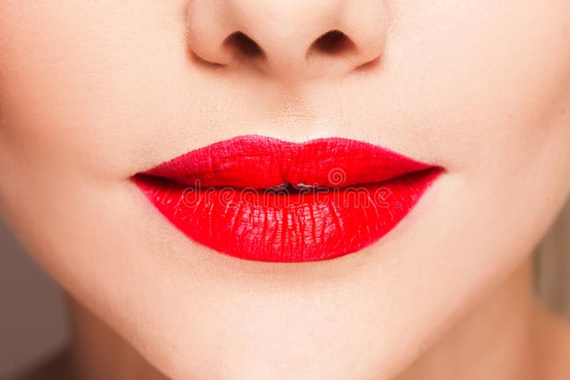 有明亮的红色口红的,时髦的构成美女的嘴唇 库存图片