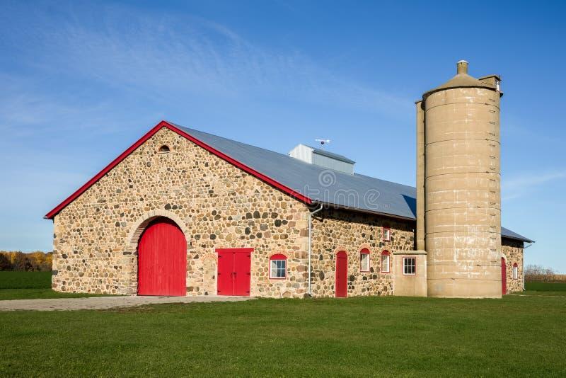 有明亮的红色门的减速火箭的石谷仓 库存图片