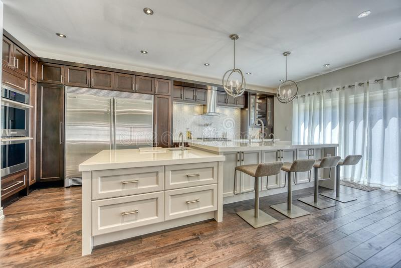 有明亮的罐光的大厨房 免版税库存图片
