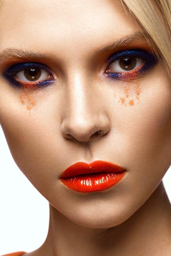 有明亮的色的构成和橙色嘴唇的美丽的女孩 秀丽表面 库存图片