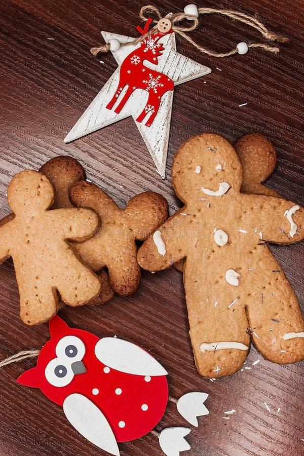 有明亮的装饰品的饼干男孩圣诞节的 免版税库存图片