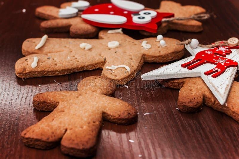 有明亮的装饰品的饼干男孩圣诞节的 图库摄影
