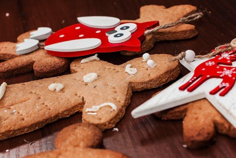 有明亮的装饰品的饼干男孩圣诞节的 免版税库存照片
