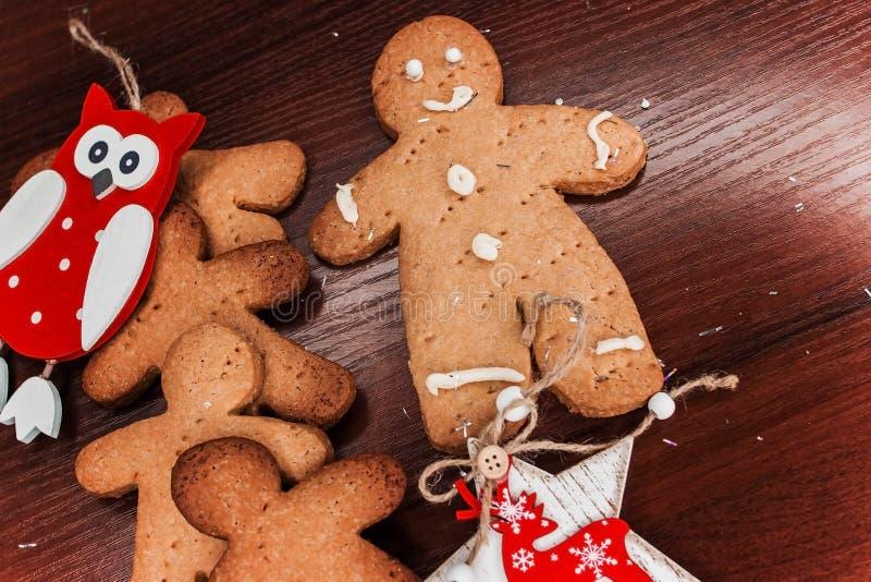 有明亮的装饰品的饼干男孩圣诞节的 免版税图库摄影