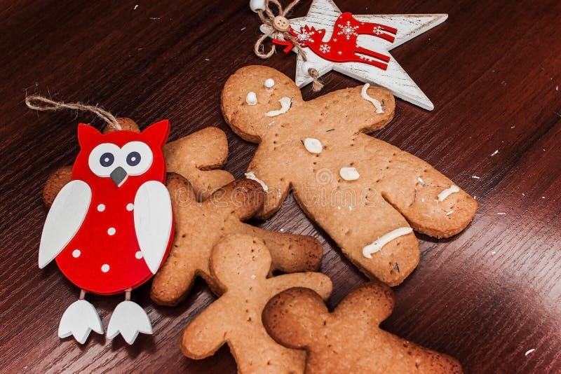 有明亮的装饰品的饼干男孩圣诞节的 库存照片