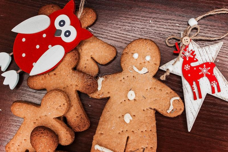 有明亮的装饰品的饼干男孩圣诞节的 库存图片