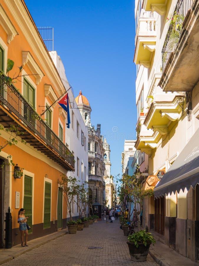 有明亮的颜色和古巴旗子的哈瓦那街道 库存照片