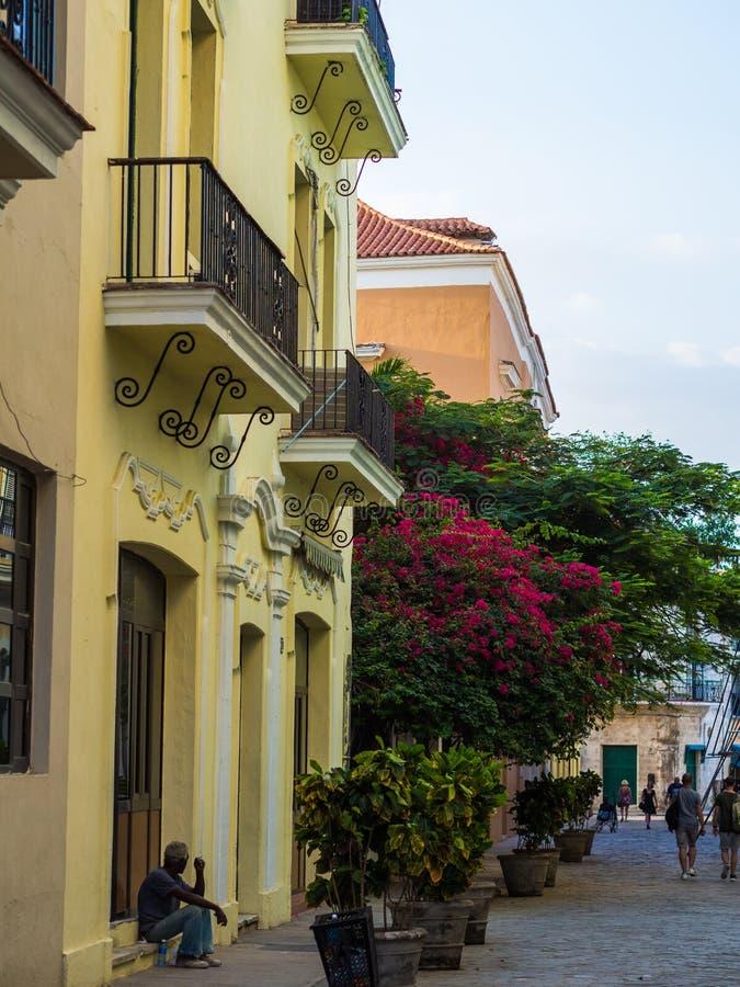 有明亮的颜色和古巴旗子的哈瓦那街道 免版税图库摄影