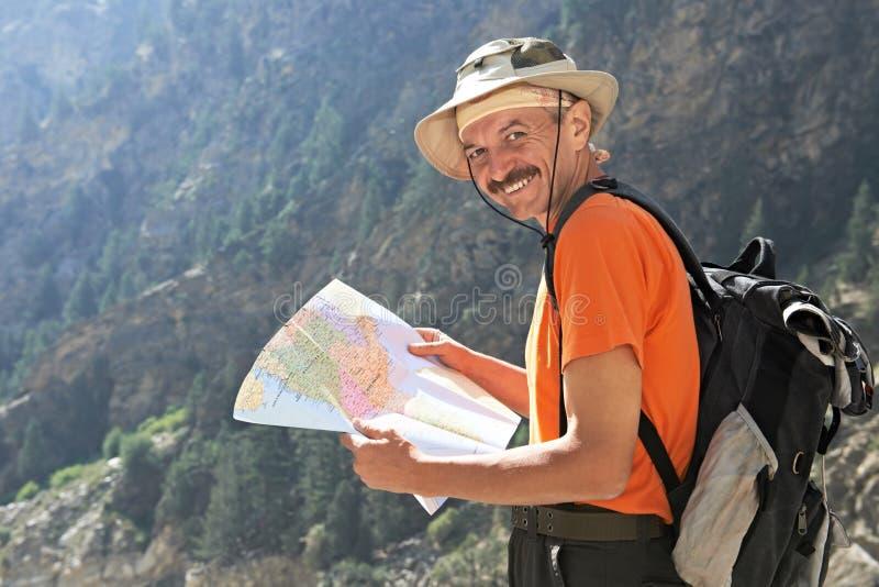 有映射的旅游远足者在山 库存照片
