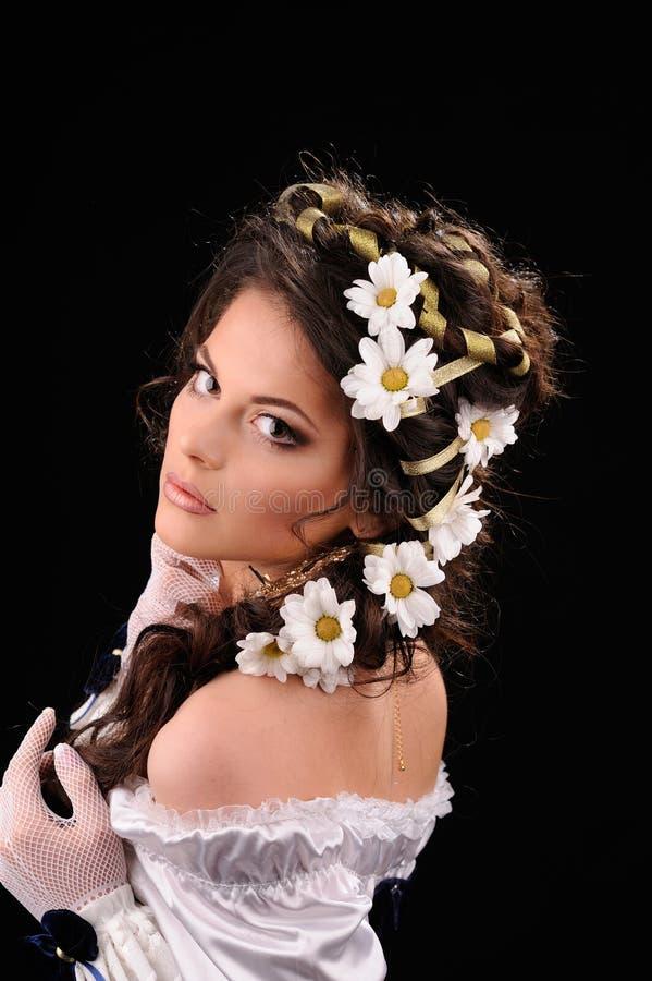 有春黄菊的性感的女孩在头发 免版税库存照片