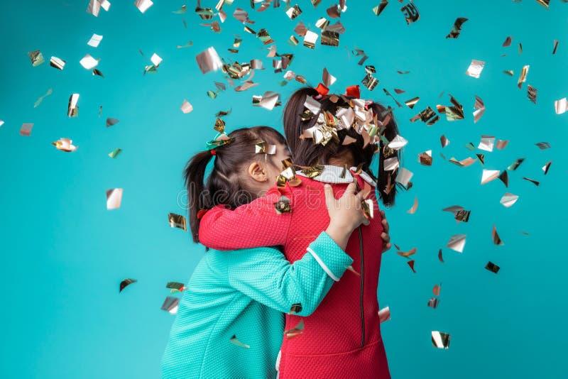 有是的精神障碍的两个逗人喜爱的女孩愉快的一起 图库摄影