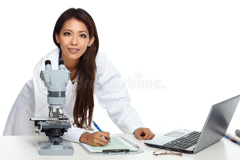 有显微镜的中国科学家妇女 免版税库存照片