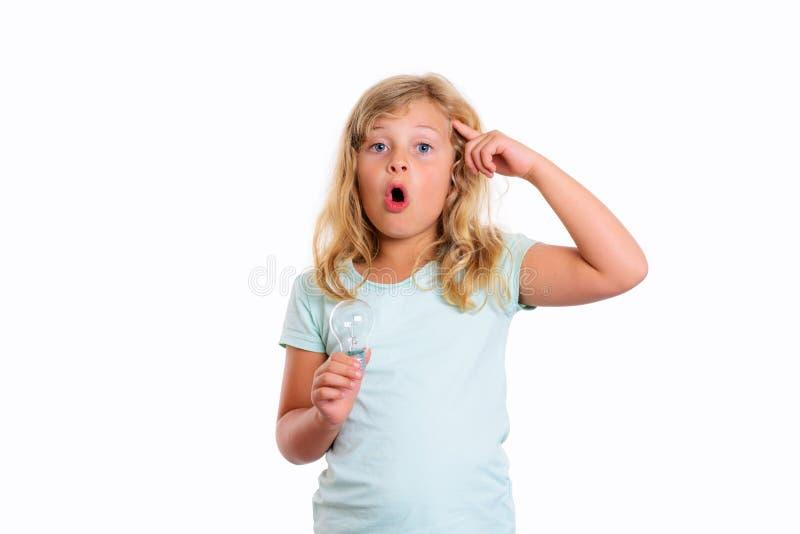 有显示与食指的电灯泡的聪明的女孩对头 免版税库存照片