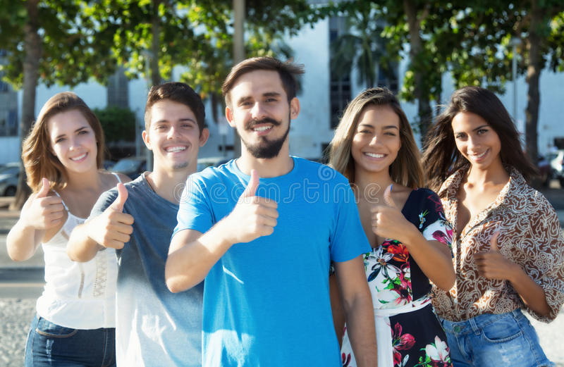 有显示有国际朋友的胡子的白种人人拇指 免版税库存照片