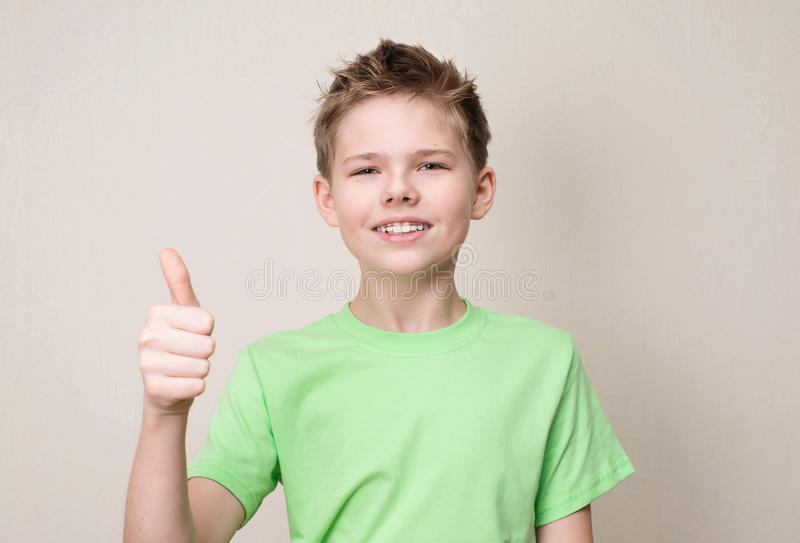 有显示赞许的可移动的牙齿括号的愉快的青少年的男孩gest 库存图片