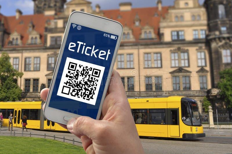 有显示e票的智能手机的手 免版税库存照片