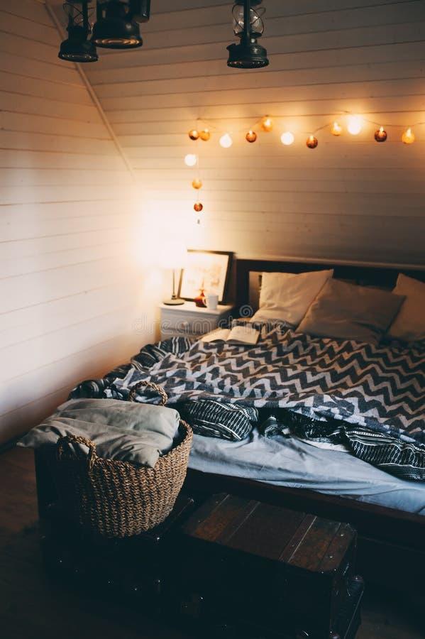 有晚上光的土气卧室在现代村庄或木小屋 库存图片