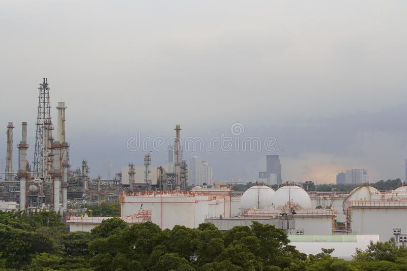 有晚上天空的炼油厂 库存图片