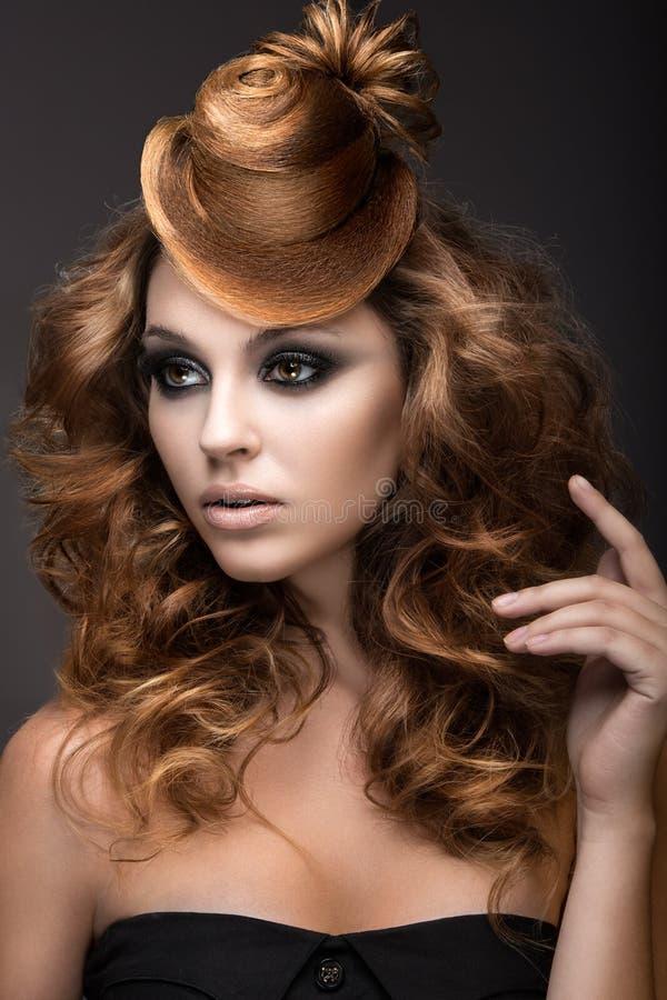 有晚上构成和发型的美丽的妇女作为头发盖帽 秀丽表面图片