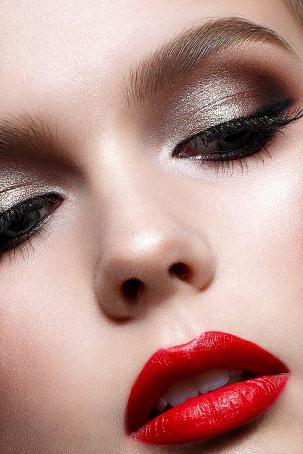 有晚上构成和红色嘴唇的女孩 在圣徒华伦泰的图象的美好的模型 理想的皮肤 免版税库存照片