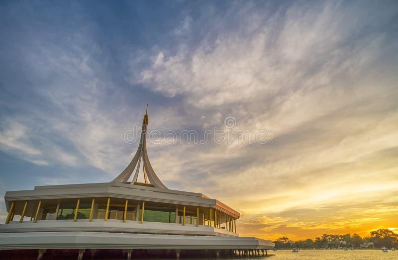有晚上阳光的Suan Luang Rama IX公园在轰隆 免版税图库摄影