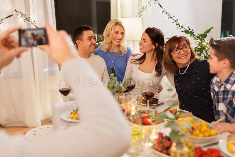 有晚餐会和采取selfie的家庭 免版税库存图片