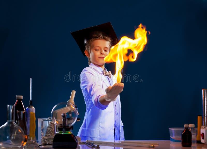 有智力的男孩不采取行动的图象在他的手上 免版税库存图片