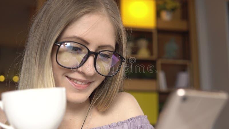 有智能手机和咖啡的妇女 库存图片