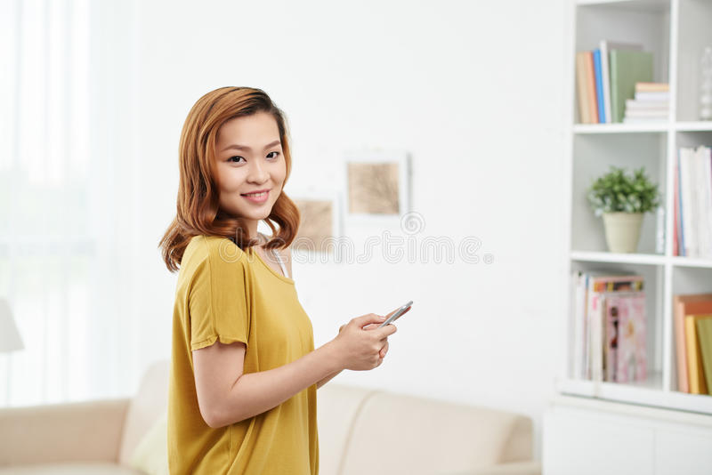 有智能手机的可爱的妇女 免版税库存照片