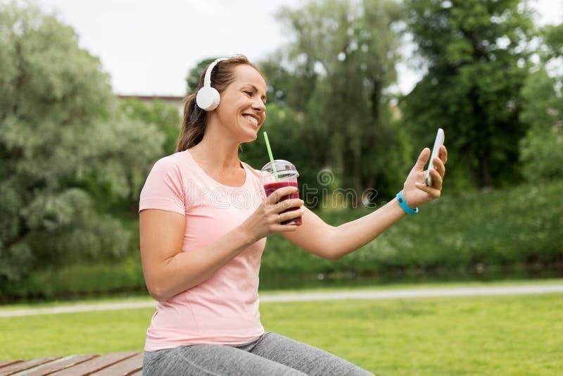 有智能手机的听到音乐的妇女和震动 库存照片