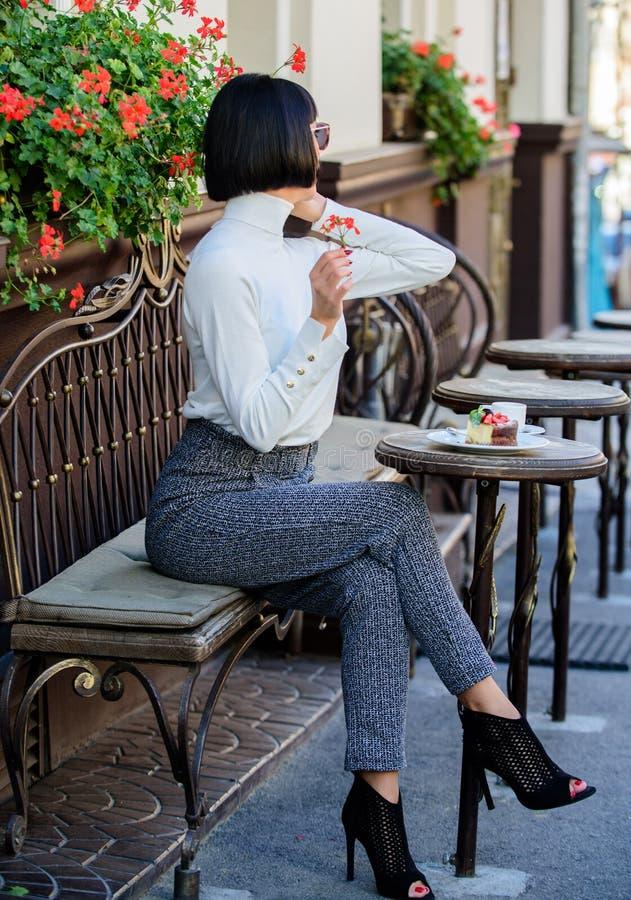 有智能手机的女孩时兴的夫人 宜人的时间和休闲 放松和咖啡休息 愉快听见您 妇女 库存照片