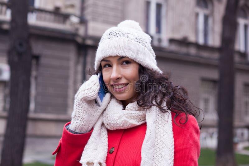 有智能手机的妇女在街道上 免版税库存图片