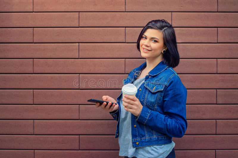 有智能手机的快乐的白种人女孩 免版税库存照片