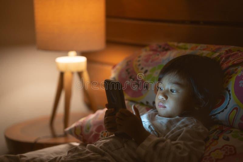 有智能手机的画象小女孩 图库摄影