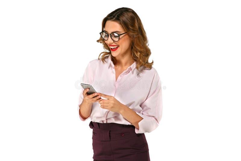 有智能手机的迷茫的女商人 图库摄影