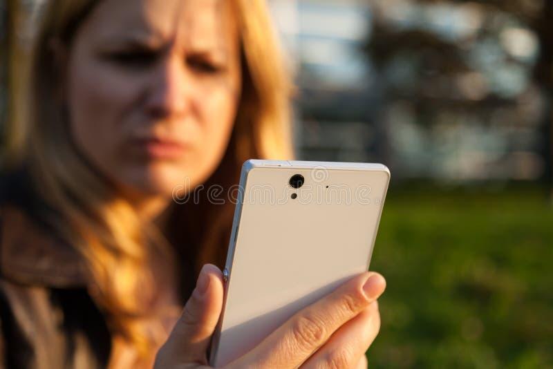 有智能手机的Annoyd妇女 免版税库存照片