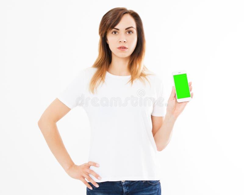 有智能手机身分的逗人喜爱的妇女在白色背景 有拿着黑屏机动性的长发的愉快的美丽的少女 免版税库存照片