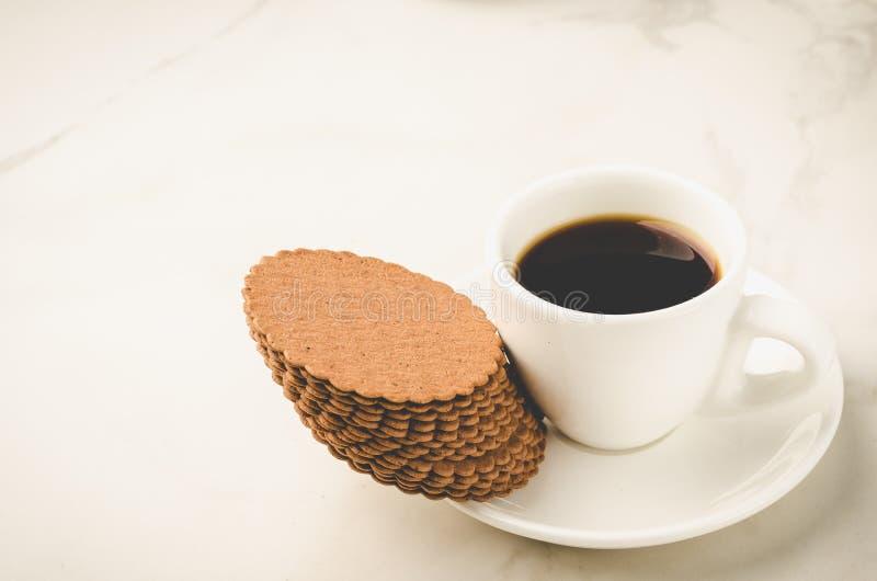 有曲奇饼/Coffe浓咖啡白色杯子的Coffe浓咖啡白色杯子用在白色背景的曲奇饼 选择聚焦和拷贝空间 免版税图库摄影